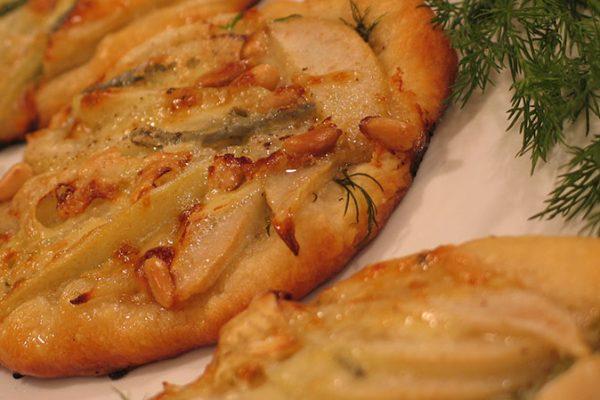 pear & gorgonzola mini pizzas